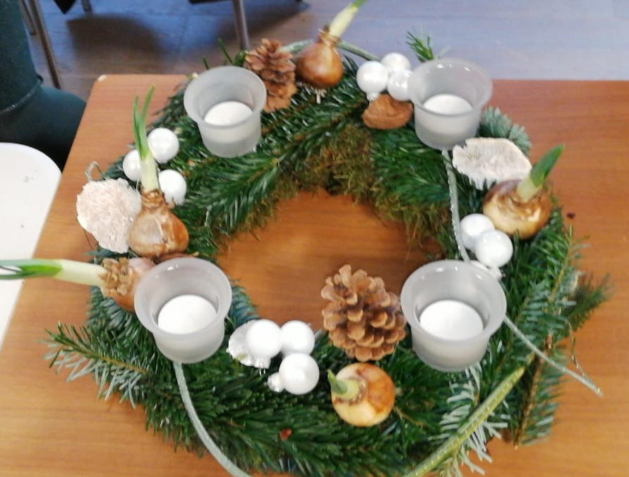 Geslaagde workshop adventskransen maken in de Cirkel